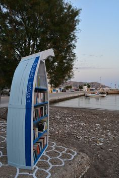 A group of islanders from Kimolos, located in the southwest of the island group the Cyclades, have installed free lending libraries at all the major beaches of the island to make a tourist's stay even more enjoyable. Lending Library, Marine Environment, Sandy Beaches, Greek Islands, Under The Sea, Beautiful Landscapes, Libraries, Decoration, Greece