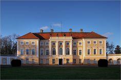 Pałac w Pawłowicach (Wielkopolskie) wzniesiony pod koniec XVIII w. dla pisarza wielkiego koronnego, Maksymiliana Mielżyńskiego, wg projektu Carla Gottharda Langhansa. Przed II wojną światową wyposażenie tej rezydencji składało się z tysięcy cennych zabytkowych mebli, obrazów, rzeźb oraz przedmiotów ze szkła, porcelany i srebra. Większość została zrabowana przez hitlerowców. Od 1945 r. pałac należy do filii Instytutu Zootechniki z Krakowa i pełni także funkcję ośrodka… Palaces, Castles, Mansions, Country, Architecture, House Styles, Poland, Polish, Arquitetura