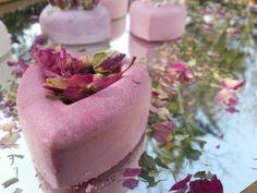 saponi decorativi a forma di cuore con vere roselline secche cup cake, oggetti decorativi, saponi, saponi naturali artigianali, bomboniere , shabby, chic soap, prodotti naturali, vegan