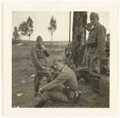 Anonymous | Wehrmacht soldaten bij Peelstelling, Anonymous, 1940 | Groep Duitse soldaten, waarschijnlijk van de Luftwaffe, staan bij een boom bij de Peelstelling/ Moerdijk