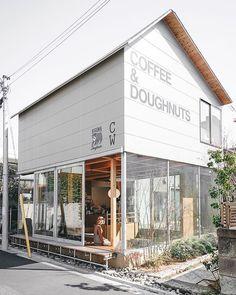 Exterior Paint Farmhouse - - Metal Exterior Siding - Stucco Exterior With Columns Cafe Shop Design, Cafe Interior Design, Store Design, Italian Interior Design, Small Cafe Design, Small Coffee Shop, Coffee Store, Café Exterior, Exterior Paint