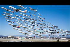 ロサンゼルスで活動する写真家マイク・ケリーさんの作品が話題になっている。空港の近くでカメラを構え、その日その日の飛行機を撮影し続け、一枚にしたというものだ。