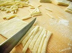 Ízmorzsák Elif módra: Út a férfi szívéhez, azaz házi tészta szemtelenül egyszerűen Pasta, Bamboo Cutting Board, Spagetti, Food, Gastronomia, Essen, Meals, Yemek, Eten