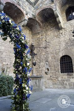 WINTER ARCH - Wondeful wedding arch, made for a winter wedding at the Castello di Vincigliata (Fiesole, Italy) on Jan 27th, 2013. Wedding planner: Garnet Wedding Studio The wedding arch (view the model here) is made of Hedera Helix, Rosa Tros White Lady, Anemone Coronaria Carmel White, Anemone Coronaria Jerusalem Blue, Eustoma Cessna White, Eustoma Piccolo blue, Delphinium    Link: http://fabiozardi.com/winter-arch/