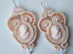 Orecchini Soutache con cammeo, cristalli, perle Swarovski e catena in strass Preciosa con monachella argento 925