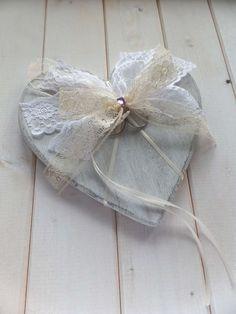 Herz aus Holz im Shabby Chic mit opulenter Spitzenschleife, als Ringkissen Alternative z.B. für eine Vintage Hochzeit im 20er Jahre Romantik Look - ein handmade Designerstück von Loveli-Hochzeitsplanung / Onlineshop - www.love-li.de