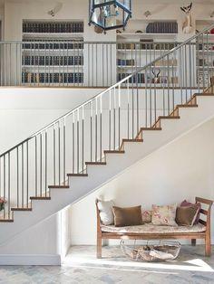 Indoor Railing, Staircase Railing Design, Modern Stair Railing, Interior Railings, Interior Balcony, Staircase Handrail, Iron Stair Railing, Home Stairs Design, Metal Stairs