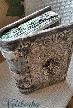 Mixed Media Boxes, Homemade Books, Decoupage Box, Decopage, Medieval Books, Fabric Journals, Altered Boxes, Magic Book, Handmade Journals