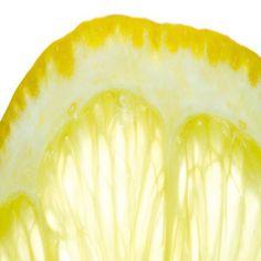 Los limones tienen muchísimos beneficios para la salud, pero las cáscaras tienen entre cinco y 10 veces más nutrientes y vitaminas que su jugo. También son una excelente fuente de fibra, potasio, magnesio, calcio, ácido fólico y betacarotenos. Conocé distintas formas de consumirlas y utilizarlas en tu hogar.   En la cocina - Azúcar con sabor a limón:mezclá la ralladura de un limón grande con dos a tres tazas de azúcar. Mezclá bien y dejá que se seque un poco durante una hora. La ralladura…