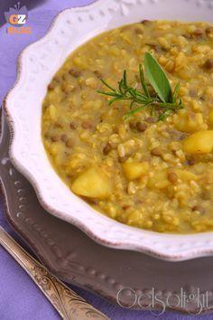 Zuppa di lenticchie e riso integrale, una ricca minestra con legumi e cereali, patate lesse, aromatiche e curcuma, una spezia antiossidante e antinfiammatoria.