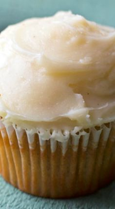 Brown Sugar Cupcakes - these brown sugar cupcakes are bursting with flavor and they're topped with browned butter frosting! Baking Cupcakes, Yummy Cupcakes, Cupcake Recipes, Cupcake Cakes, Dessert Recipes, Cupcake Ideas, Cup Cakes, No Bake Desserts, Just Desserts