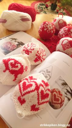 Strikkepiken – Montering av kofte med enkle stolper og i sydde armer Ravelry, Knitted Hats, Knitting Patterns, Quilts, Crochet, Diy, Knit Patterns, Bricolage, Knit Caps