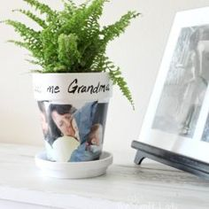 DIY photo clay pot craft - the perfect handmade gift for a grandparent Flower Pot Crafts, Clay Pot Crafts, Plate Crafts, Diy Crafts, Toddler Crafts, Crafts For Kids, Transférer Des Photos, I Spy Quilt, Diy Gifts For Dad