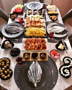 Quem não vai amar esta mesa com estes souplasts negros e estes guardanapos  também? Isso é que bom gosto e criatividade!