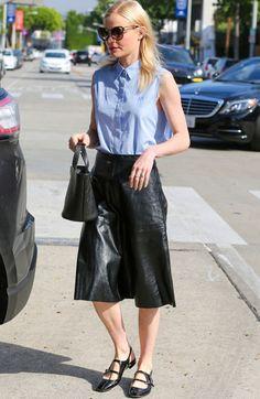 Kate Bosworth de saia midi de couro e flats