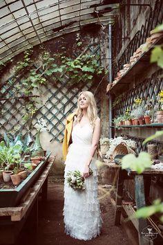 Shooting d'inspiration botanique et végétal. Un joli moment délicat sous une serre en verre au coeur de la campagne sarthoise.