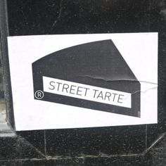 L'artiste des rues parodie l'art des rues... / Street Art. / Paris, France. / Photo by Eleonore Toutain sur Instagram.