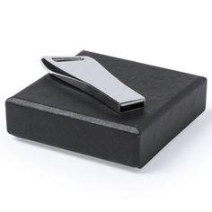 Memoria USB de 8GB de capacidad. De innovador diseño, en acabado metálico brillante e idónea para llevar en el llavero. Presentada en elegante estuche individual de cartón y suave espuma troquelada. Usb, Inexpensive Gift, Corporate Gifts, Innovative Products, Key Fobs, Glow, Morocco