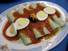 Los papadzules son una receta tradicional de la Península de Yucatán, que describimos como tacos de huevo cocido, bañados en salsa de jitomate y pepitas.