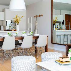 ¿Blanco y maderas claras en una casa de una familia con 3 niños? todo es compatible, incluso el combo blanco-niños :).Además de aportar un ambiente calmado y ordenado, que para los niños suele ser…