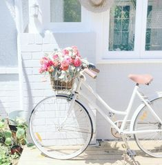 Coastal decor - beach decor for the home. A wonderful selection of coastal styled decorative accents and home decor. Bici Retro, Velo Retro, Velo Vintage, Vintage Bicycles, Bike Style, Motorcycle Style, Photo Velo, Theme Bapteme, Bicycle Art
