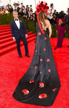 Sex and the City star Sarah Jessica Parker always wears the most fashionable looks to the Met Gala. But this floral red dress and headdress on the Met Gala red carpet are particularly stunning from the back.