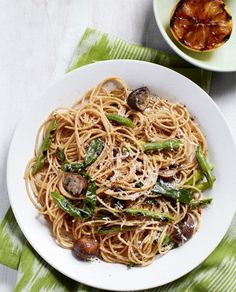 Spaghetti with Grilled Green Beans and Mushrooms: Keep it light on warm summer nights with this green bean and mushroom pasta recipe. Click through to find more quick and easy pasta recipes to make this summer. Vegetarian Fried Rice, Vegetarian Recipes, Cooking Recipes, Vegetarian Breakfast, Rice Recipes, Grilling Recipes, Yummy Recipes, Chicken Recipes, Recipies