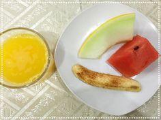 Bom dia com café da manhã fit! . . Abafa que depois disso ainda teve pão danone e torrada! . . Mas é claro que a pessoa só posta as frutas pra mostrar como é fitness!. . #ORestoNinguémConta #amaecoruja #blogAMC #pin