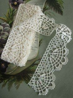 yards 2 Wide Handmade Scalloped Ivory by CornermouseHouseThis Pin was discovered by δημHere are yards, in one consecutive, of antique ivory lace trim. Crochet Lace Edging, Crochet Borders, Irish Crochet, Hand Crochet, Knit Crochet, Crochet Patterns, Vintage Crochet, Vintage Lace, Bobbin Lacemaking