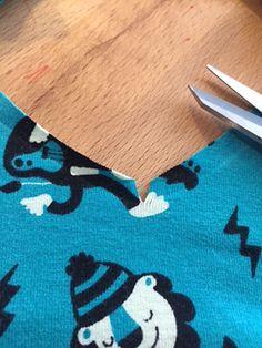 De V-hals: hoe maak je een (bijna) perfect exemplaar? | Studio Dotter - Deventer Sewing Basics, Sewing Hacks, Sewing Tutorials, Sewing Projects, Sewing Patterns, Sewing Tips, Diy Clothing, Sewing Clothes, Wie Macht Man