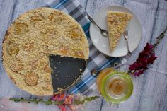 Cake with peaches and crumble