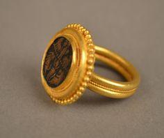 anneau en or avec une pierre grave de lions xiiime sicle gold ring with lions