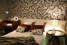 Decorando quarto de casal com papel de parede para quarto de casal E evidente que se você quer um quarto mais rústico invista em papéis de parede com cores que sejam mais aproximadas do marrom, e se for acompanhado com pequenos detalhes também ficará perfeito.