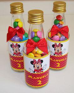 Garrafinha de vidro, 50ml, personalizada, com confeitos de chocolate. Quantidade mínima: 20 unidades. O prazo varia de acordo com a quantidade e necessidade.