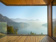 Holzbalkon mit Traumblick über See