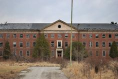 Maryland´s Collingwood Psychiatric Hospital, between 1895 and 1960. A series of disappearances and unfortunate accidents are associated with the the buliding. today Collingwood is empty and abandoned, with most locals scared to enter the 80 acre facility.