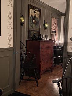 Prim Decor, Primitive Decor, Country Decor, Primitive Dining Rooms, Primitive Bedroom, Dresser In Living Room, Home Living Room, Early American Decorating, Colonial Decorating