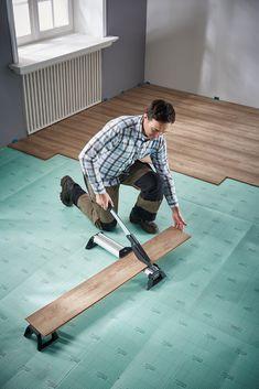 Pentru o casa moderna avem nevoie de o podea noua. 1VLC 800-cutter pentru vinil sau parchet laminat asigură o tăiere rapidă şi precisă a tuturor tipurilor de laminat , de până la 11mm grosime si 465 mm lăţime.   #laminat  #atelier #casa #scule #renovare #DIY  #homedecor #wolfcraft_romania Premier Contact, Dalle Pvc, Schneider, Shoe Rack, Vogue, Modern, Gauche, Diy, Home Decor
