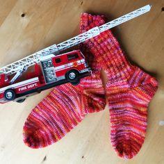 Gruß aus der großen Stadt – Bestrickendes #socks #socken #bestrickendes #stricken #knitting Workshop, Knitting, Cute, Son In Law, Kid Sister, Red Color, City, Atelier, Tricot
