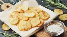 Selbstgemachte Kartoffelchips ür 500 g: 500 g Kartoffeln, 3 l Rapsöl, Meersalz ►Kartoffeln schälen und in 3 mm dicke Scheiben schneiden. Diese in einer Schüssel mit kaltem Wasser zweimal gründlich waschen, abtupfen. Rapsöl in einem Topf auf 160 Grad erhitzen, Chips circa 3 Minuten darin frittieren. Mit einer Siebkelle aus dem Fett nehmen, auf Küchenpapier legen, überschüssiges Fett abtupfen. Chips auskühlen lassen und den ganzen Vorgang noch einmal wiederholen, das gibt den Knusper-Effekt…