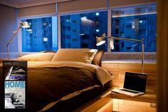 Hong Kong Wooden Apartment: G Seven by Fixonic | Ojo a la cama, lamparas y mesa de noche