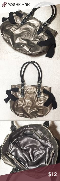 👛🌟Cute Vera Wang purse 👛🌟 Gently used condition. Has two small surface scuffs. Vera Wang Bags