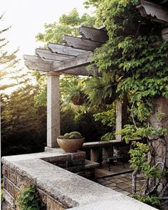 I like the cutting at the end of these supports and repeat for rafters (Martha Stewart's pergola at Skylands)