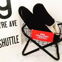 えっ。これ、100均のパイプ椅子なの!?今、SNSでパイプ椅子をお洒落なラックスタンドにリメイクするのが人気です。 ダイソーやセリアの合わせワザで、その他にも驚きの使い方があるんですよ♡