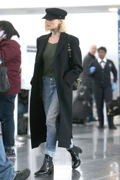 Margot Robbie Finds the Perfect In-Flight Outfit - Travel Outfits Margot Robbie Style, Margot Elise Robbie, Margo Robbie, Winter Travel Outfit, Winter Outfits, Travel Outfits, Trendy Outfits, Fashion Outfits, Cute Outfits