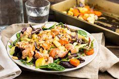 Recept voor salade voor 4 personen. Met zout, olijfolie, peper, zalmfilet, wortel, pastinaak, cashewnoot, rode ui, slamelange, avocado, honing, mosterd en yoghurt