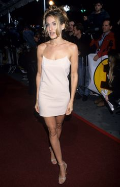 Sarah jessica parker wore an itty-bitty strap mini slip dress to the vogue fashion awards in Carrie Bradshaw Estilo, Carrie Bradshaw Outfits, Style Année 90, Style Casual, Sarah Jessica Parker Haare, Going Out Dresses, Nice Dresses, Slip Dresses, Celebrity Outfits