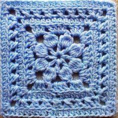 açık mavi renkli kare örgü motifi