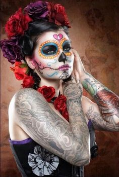 Calavera Makeup Sugar Skull Ideas for Women are hot Halloween makeup look.Sugar Skulls, Día de los Muertos celebrates the skull images and Calavera created exactly in this style for Halloween. Sugar Skull Halloween, Sugar Scull, Sugar Skull Art, Sugar Skull Face Paint, Sugar Sugar, Maquillaje Sugar Skull, Make Up Gesicht, Dead Makeup, Costume Makeup