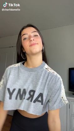 Charli with another Tik Tok! Dance Music Videos, Dance Choreography Videos, Bachata Dance, Funny Vid, Funny Clips, 9gag Funny, Funny Humor, Dance Tutorial, Charlie Video